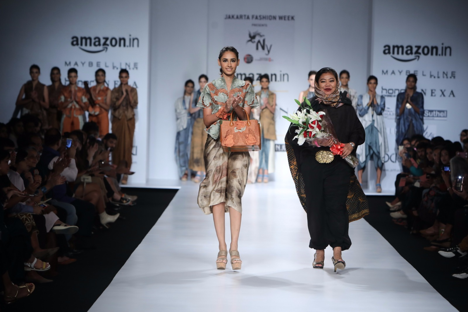 http://www.talksassy.com/wp-content/uploads/2017/03/Amazon-India-Fashion-Week-Autumn-Winter-2017-18.jpg