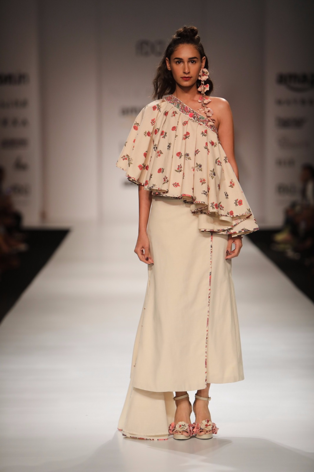 http://www.talksassy.com/wp-content/uploads/2017/03/Amazon-India-Fashion-Week-Autumn-Winter-2017-28.jpg